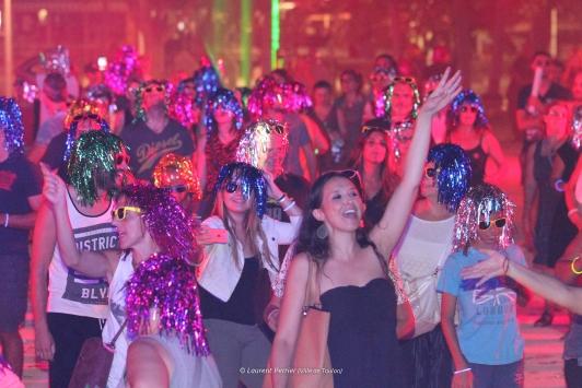 La soirée disco vendredi soir: plus de 1500 perruques, lunettes et bracelets distribués sur le dance floor