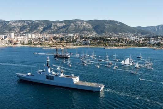 Parade nautique et arrivée de l'Hermione et du Mutin dans la rade de Toulon @Marine nationale