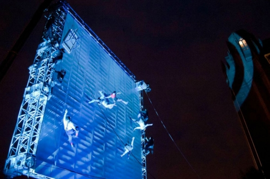 """Le spectacle de haute voltige """"As the world tipped"""" ©Mark Mcnulty"""