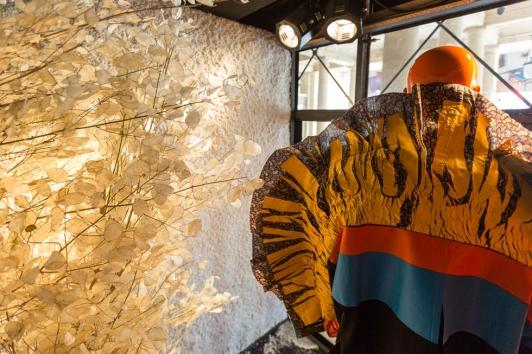 Exposition dans les vitrines du Palais Royal à Paris ©Saywho