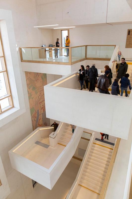 L'escalier au centre de la médiathèque