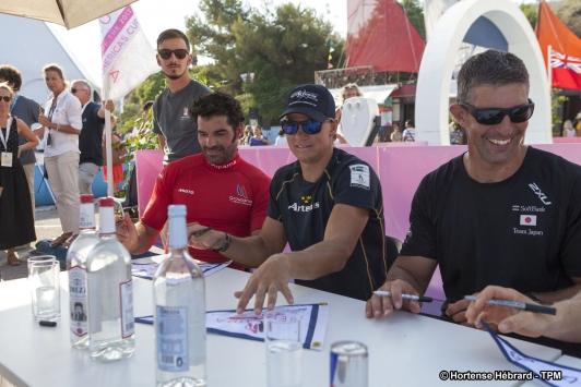 Signatures de dédicaces des équipages après les courses