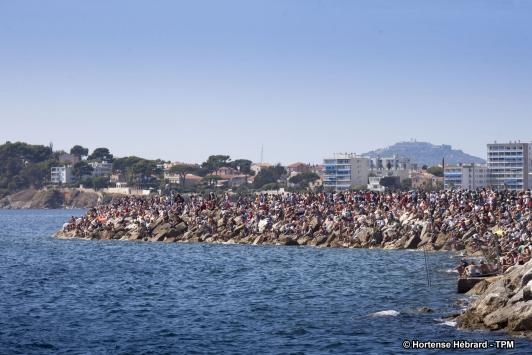 Le public rassemblé sur les digues pour regarder les régates de dimanche