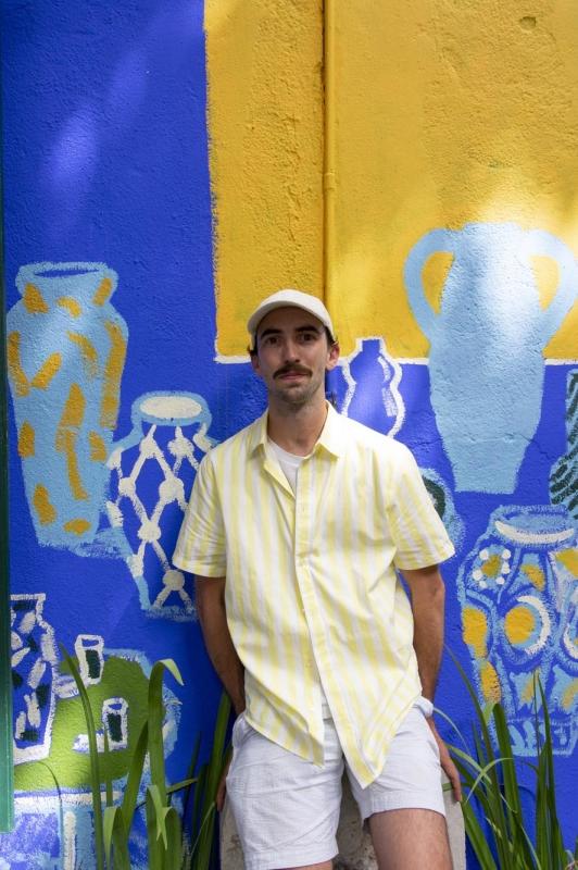 L'artiste Alexandre Benjamin Navet devant une de ses créations