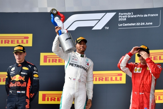 Sur le podium, le vainqueur du Grand Prix Lewis Hamilton, entouré de Max Verstappen et Kimi Räikkönen arrivé en troisième position