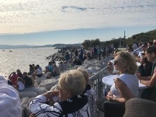 Le public regarde le spectacle depuis les digues