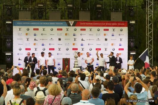 L'équipage de Groupama Team France lors de la cérémonie officielle d'ouverture