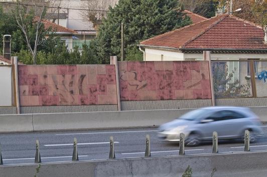 Mur anti-bruit sur l'autoroute